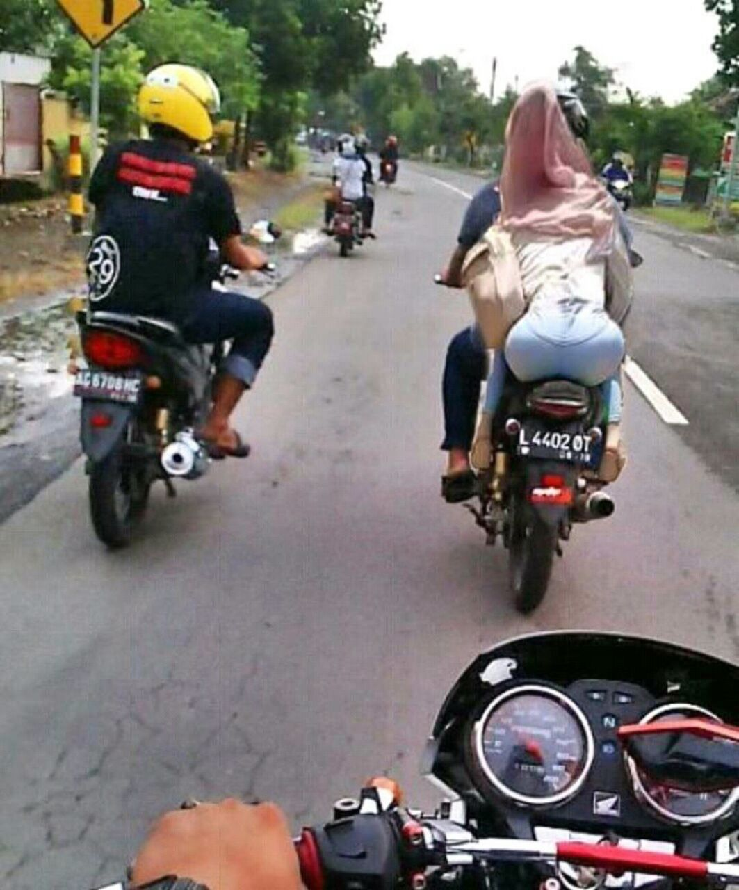 Naik Motor Ninja Boncengan Romantis Nusagates